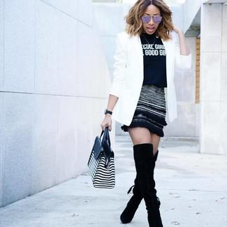 Как и с чем носить: белый пиджак, черно-белая футболка с круглым вырезом с принтом, черная шерстяная мини-юбка, черные замшевые ботфорты