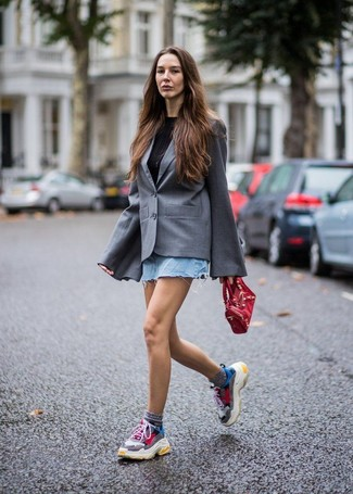 Как и с чем носить: серый пиджак, черная футболка с круглым вырезом, голубая джинсовая мини-юбка, разноцветные кроссовки