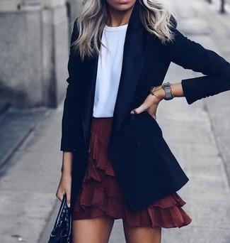 Как и с чем носить: черный пиджак, белая футболка с круглым вырезом, темно-красная мини-юбка с рюшами, черная кожаная большая сумка