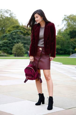 Как и с чем носить: темно-красный бархатный пиджак, серая футболка с круглым вырезом, красная кожаная мини-юбка, черные замшевые ботильоны на шнуровке
