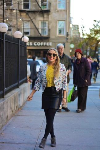 Как и с чем носить: бело-синий пиджак с цветочным принтом, желтая футболка с круглым вырезом с вырезом, черная кожаная мини-юбка, темно-серые замшевые ботильоны на шнуровке
