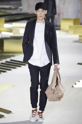 Модный лук: черный стеганый пиджак, белая футболка с круглым вырезом, черные стеганые спортивные штаны, белые кожаные низкие кеды