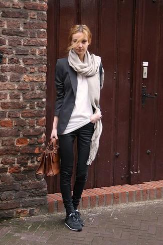 Как и с чем носить: черный пиджак, белая футболка с круглым вырезом, черные узкие брюки, черные низкие кеды