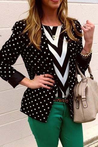 С чем носить черно-белый пиджак в горошек женщине: Дуэт черно-белого пиджака в горошек и зеленых узких брюк позволит составить необычный образ в непринужденном стиле.