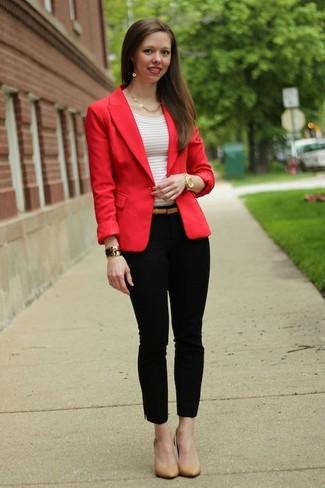 Как и с чем носить: красный пиджак, белая футболка с круглым вырезом в горизонтальную полоску, черные узкие брюки, светло-коричневые кожаные туфли
