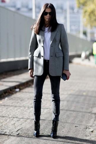 Как и с чем носить: серый пиджак, белая футболка с круглым вырезом, черные узкие брюки, черные кожаные ботильоны