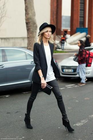 Как и с чем носить: черный пиджак, белая футболка с круглым вырезом, черные кожаные узкие брюки, черные замшевые ботильоны