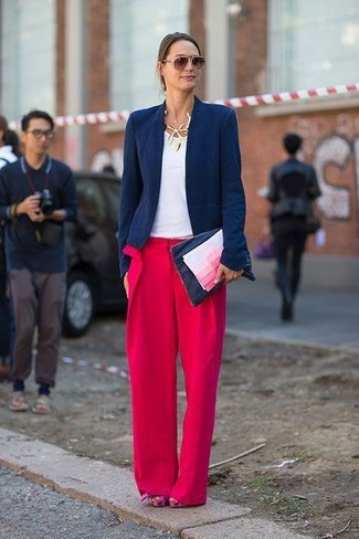 Как и с чем носить: темно-синий пиджак, белая футболка с круглым вырезом, красные широкие брюки, ярко-розовые замшевые массивные босоножки на каблуке