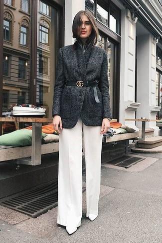 Как и с чем носить: темно-серый шерстяной пиджак, белая футболка с круглым вырезом, белые широкие брюки, белые кожаные ботильоны