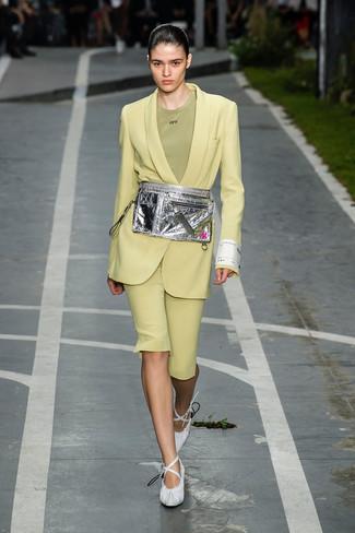 Как и с чем носить: зелено-желтый пиджак, оливковая футболка с круглым вырезом, зелено-желтые шорты-бермуды, белые кожаные туфли
