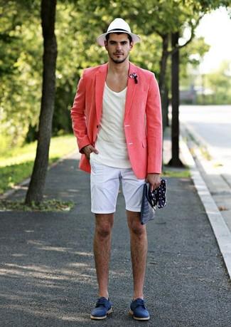 Как и с чем носить: розовый льняной пиджак, белая футболка с круглым вырезом, белые шорты, синие замшевые туфли дерби