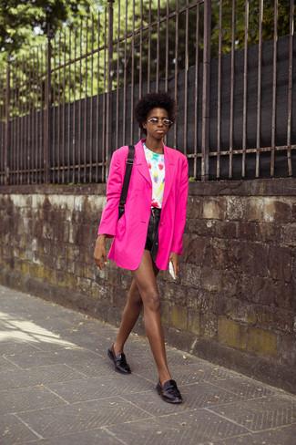 Модный лук: ярко-розовый пиджак, белая футболка с круглым вырезом c принтом тай-дай, черные кожаные шорты, черные кожаные лоферы
