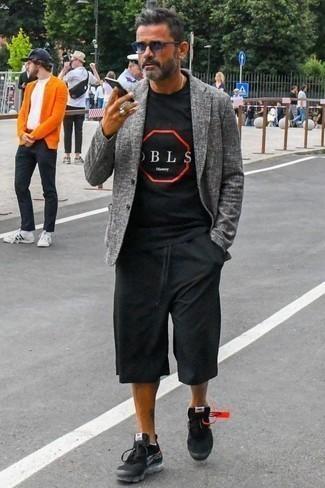 Черные кроссовки: с чем носить и как сочетать мужчине: Если ты принадлежишь к той редкой группе молодых людей, способных неплохо разбираться в модных тенденциях, тебе придется по вкусу тандем серого пиджака и черных шорт. Закончи ансамбль черными кроссовками, если боишься, что он получится слишком вычурным.