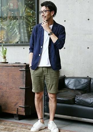 С чем носить прозрачные солнцезащитные очки мужчине: Темно-синий хлопковый пиджак и прозрачные солнцезащитные очки помогут составить легкий и функциональный образ для выходного дня в парке или вечера в баре с друзьями. Думаешь добавить сюда толику строгости? Тогда в качестве обуви к этому образу, стоит выбрать бело-зеленые кожаные низкие кеды.
