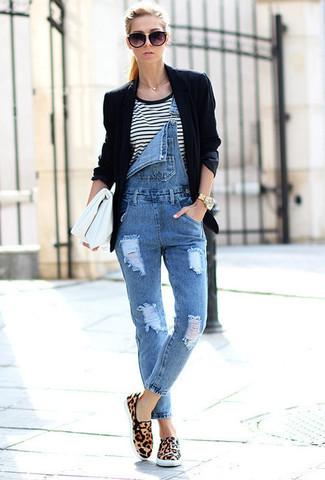 Как и с чем носить: черный пиджак, бело-черная футболка с круглым вырезом в горизонтальную полоску, синие джинсовые штаны-комбинезон, светло-коричневые замшевые низкие кеды с леопардовым принтом