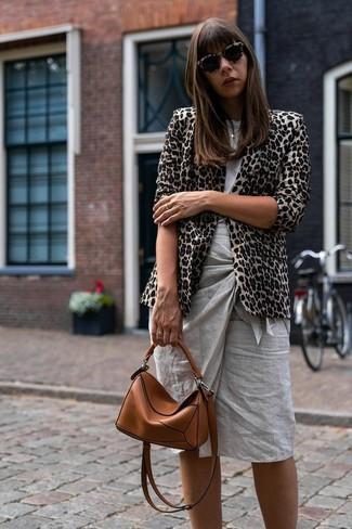 Как и с чем носить: бежевый пиджак с леопардовым принтом, серая футболка с круглым вырезом, серая юбка-карандаш, табачная кожаная сумка через плечо