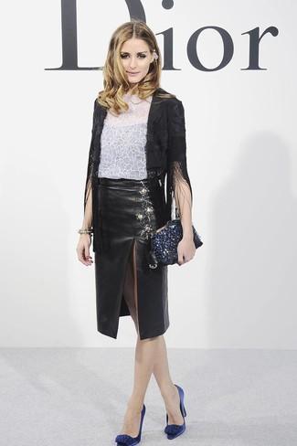Как и с чем носить: черный пиджак c бахромой, белая кружевная футболка с круглым вырезом с цветочным принтом, черная кожаная юбка-карандаш с разрезом, темно-синие сатиновые туфли с украшением