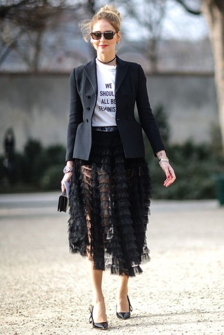 Как и с чем носить: черный пиджак, бело-черная футболка с круглым вырезом с принтом, черная юбка-миди c бахромой, черные кожаные туфли