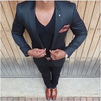 Модный лук: черный пиджак, черная футболка с v-образным вырезом, черные брюки чинос, табачные кожаные лоферы