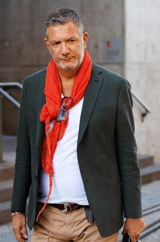 Как и с чем носить: темно-серый пиджак, белая футболка с v-образным вырезом, светло-коричневые брюки чинос, красный шарф