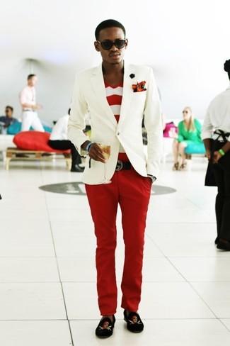 Как и с чем носить: белый пиджак, бело-красная футболка с v-образным вырезом в горизонтальную полоску, красные брюки чинос, черные бархатные лоферы с принтом