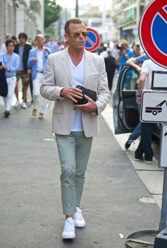 Как и с чем носить: бежевый пиджак, белая футболка с v-образным вырезом, мятные брюки чинос, белые кожаные низкие кеды