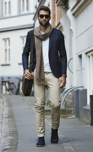 Как и с чем носить: темно-синий пиджак, белая футболка с v-образным вырезом, светло-коричневые брюки чинос, темно-синие замшевые ботинки дезерты