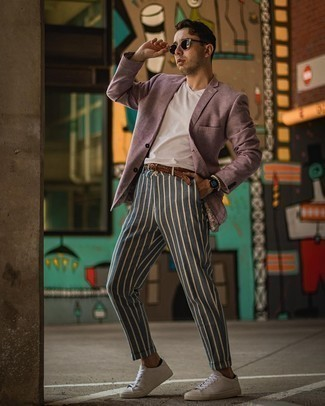 Мужские луки в теплую погоду: Если ты приписываешь себя к той немногочисленной категории мужчин, которые каждый день одеваются с иголочки, тебе полюбится дуэт пурпурного пиджака и темно-синих брюк чинос в вертикальную полоску.