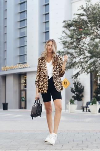 Как и с чем носить: светло-коричневый пиджак с леопардовым принтом, белая футболка с v-образным вырезом, черные велосипедки, белые кроссовки