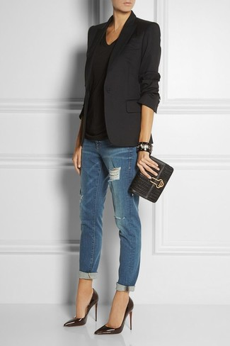 Черный пиджак и темно-синие рваные джинсы-бойфренды можно надеть как на учебу, так на прогулку с друзьями. Если ты не боишься сочетать в своих луках разные стили, на ноги можно надеть черные кожаные туфли.