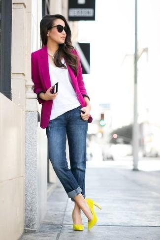 Как и с чем носить: ярко-розовый пиджак, белая футболка с v-образным вырезом, темно-синие джинсы-бойфренды, желтые замшевые туфли