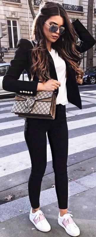 Как и с чем носить: черный пиджак, белая футболка с v-образным вырезом, черные джинсы скинни, белые кожаные низкие кеды