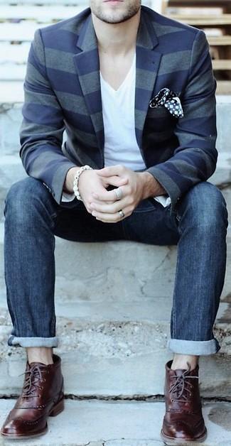 Модный лук: темно-синий пиджак в горизонтальную полоску, белая футболка с v-образным вырезом, темно-синие джинсы, темно-красные кожаные ботинки броги