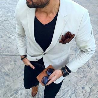 Модный лук: белый пиджак, черная футболка с v-образным вырезом, черные джинсы, коричневые кожаные монки с двумя ремешками