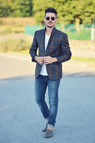 Как и с чем носить: темно-синий пиджак в шотландскую клетку, белая футболка с v-образным вырезом, синие джинсы, серые замшевые лоферы