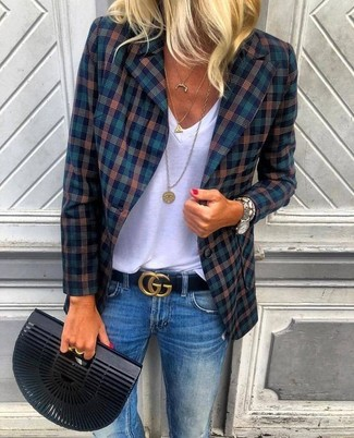 Как и с чем носить: темно-синий пиджак в шотландскую клетку, белая футболка с v-образным вырезом, синие джинсы, черный клатч