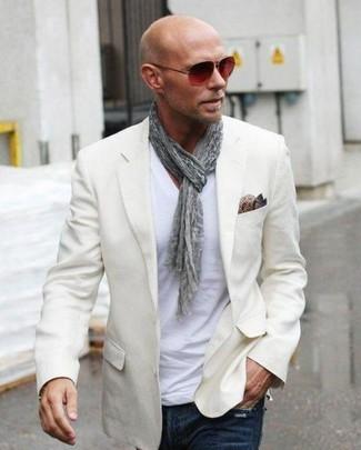 """Как и с чем носить: бежевый пиджак, белая футболка с v-образным вырезом, темно-синие джинсы, коричневый шелковый нагрудный платок с """"огурцами"""""""