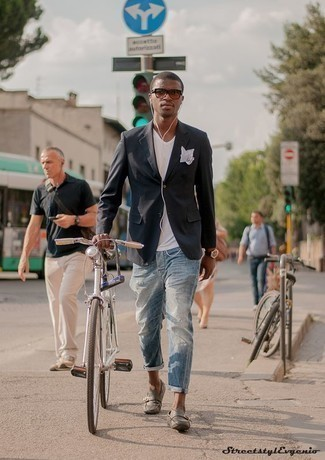 Белая футболка с v-образным вырезом: с чем носить и как сочетать мужчине: Если ты ценишь комфорт и функциональность, белая футболка с v-образным вырезом и голубые рваные джинсы — прекрасный выбор для привлекательного повседневного мужского лука. И почему бы не добавить в повседневный ансамбль чуточку стильной строгости с помощью серых кожаных мокасин?