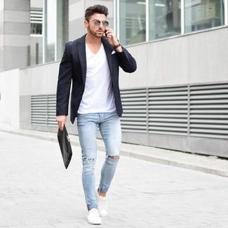 Модный лук: черный пиджак, белая футболка с v-образным вырезом, голубые рваные зауженные джинсы, белые плимсоллы