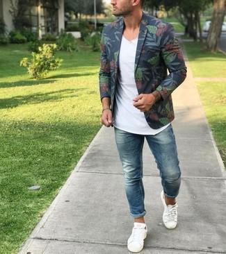 Как и с чем носить: темно-синий пиджак с цветочным принтом, белая футболка с v-образным вырезом, синие зауженные джинсы, белые низкие кеды из плотной ткани