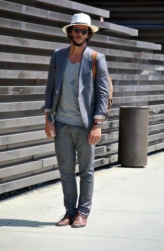 Как и с чем носить: синий хлопковый пиджак, голубая футболка с v-образным вырезом, серые льняные классические брюки, коричневые кожаные оксфорды
