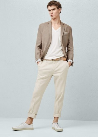 Мода для 20-летних мужчин: Несмотря на то, что этот образ довольно классический, лук из светло-коричневого пиджака и бежевых классических брюк является неизменным выбором стильных мужчин, покоряя при этом сердца барышень. Не прочь поэкспериментировать? Тогда дополни ансамбль белыми низкими кедами из плотной ткани.