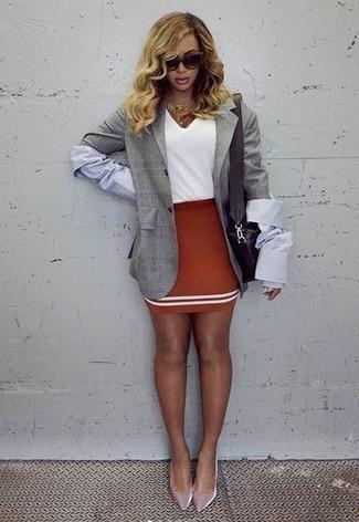 Как и с чем носить: серый пиджак, белая футболка с v-образным вырезом, красная мини-юбка, розовые бархатные туфли