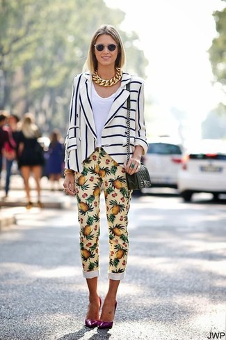 Как и с чем носить: бело-темно-синий пиджак в вертикальную полоску, белая футболка с v-образным вырезом, желтые узкие брюки с принтом, пурпурные кожаные туфли