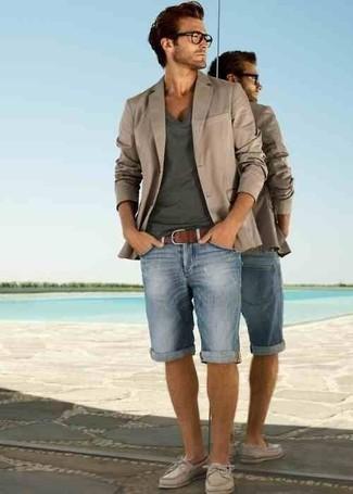 Как и с чем носить: бежевый пиджак, темно-серая футболка с v-образным вырезом, голубые джинсовые шорты, бежевые кожаные топсайдеры