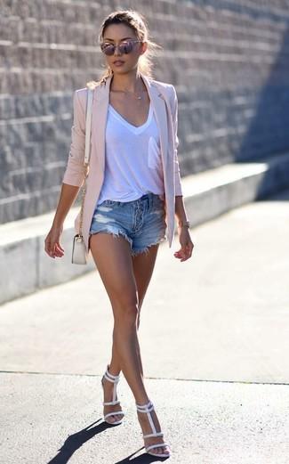 Как и с чем носить: розовый пиджак, белая футболка с v-образным вырезом, синие джинсовые рваные шорты, белые кожаные босоножки на каблуке
