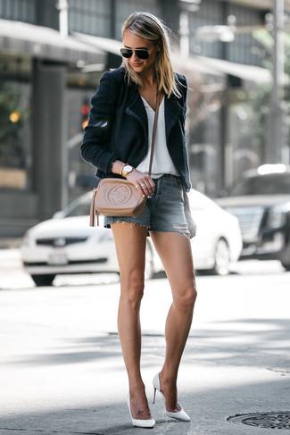 Как и с чем носить: черный пиджак, белая футболка с v-образным вырезом, синие джинсовые шорты, белые кожаные туфли