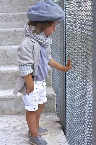 Как и с чем носить: серый пиджак, серая футболка, белые шорты, серые топсайдеры