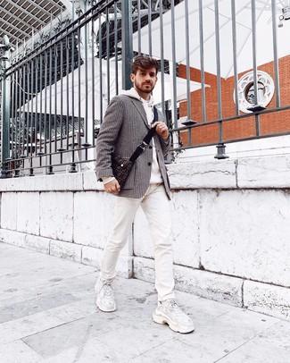 """Как и с чем носить: черно-белый пиджак с узором """"гусиные лапки"""", белый худи, белые джинсы с принтом, белые кроссовки"""