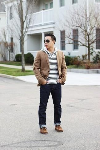 Светло-коричневые замшевые ботинки дезерты: с чем носить и как сочетать: Если ты из той категории молодых людей, которые разбираются в моде, тебе подойдет сочетание светло-коричневого пиджака и темно-синих джинсов. Светло-коричневые замшевые ботинки дезерты органично дополнят этот ансамбль.
